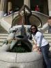 Alice und der Drache im Park Güell