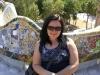 Alice auf der Bank im Park Güell