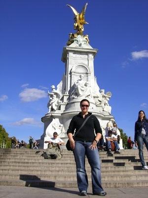 Alice auf dem Platz vor dem Buckingham Palace