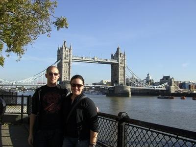 Wir vor der Tower Bridge