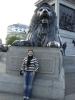 Alice am Trafalgar Square vor einem der 4 Löwen