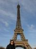 Alice vor dem Eiffelturm